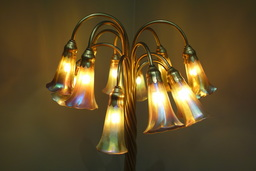 Lampe des lys de Tiffany, vers 1906-1910. Source : http://data.abuledu.org/URI/551be785-lampe-des-lys-de-tiffany-vers-1906-1910