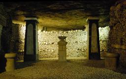 Lampe sépulcrale aux Catacombes de Paris. Source : http://data.abuledu.org/URI/51430558-lampe-sepulcrale-aux-catacombes-de-paris