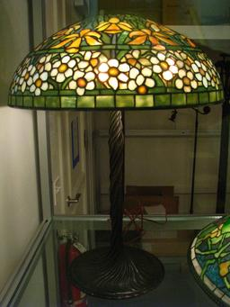 Lampe Tiffany aux jonquilles et narcisses. Source : http://data.abuledu.org/URI/551c3acd-lampe-tiffany-aux-jonquilles-et-narcisses