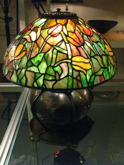 Lampe Tiffany aux tulipes. Source : http://data.abuledu.org/URI/551c39ac-lampe-tiffany-aux-tulipes
