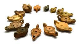 Lampes à huile antiques. Source : http://data.abuledu.org/URI/5359642a-lampes-a-huile-antiques