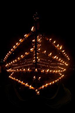Lampes à huile de fête en Malaisie. Source : http://data.abuledu.org/URI/54ca71d1-lampes-a-huile-de-fete-en-malaisie