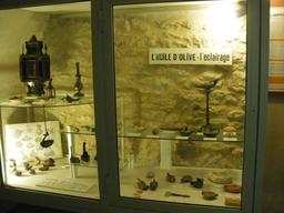 Lampes à huiles antiques à Gordes. Source : http://data.abuledu.org/URI/54ca6238-lampes-a-huiles-antiques-a-gordes