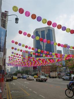 Lanternes suspendues à Singapour. Source : http://data.abuledu.org/URI/553ead76-lanternes-suspendues-a-singapour