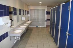 Lavabos et toilettes sur une aire d'autoroute. Source : http://data.abuledu.org/URI/535c1958-lavabos-et-toilettes-sur-une-aire-d-autoroute