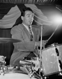 Le batteur Gene Krupa en 1946. Source : http://data.abuledu.org/URI/5304e54c-le-batteur-gene-krupa-en-1946