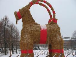 Le bouc de Noël de Gävle en Suède. Source : http://data.abuledu.org/URI/519932f9-le-bouc-de-noel-de-gavle-en-suede