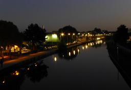 Le canal de nuit à Nancy. Source : http://data.abuledu.org/URI/5819e006-le-canal-de-nuit-a-nancy