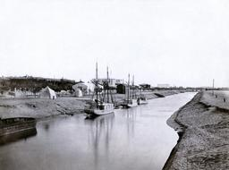 Le canal de Suez à Ismailia en 1856. Source : http://data.abuledu.org/URI/5946aa3e-le-canal-de-suez-a-ismailia-en-1856