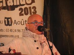 Le chanteur Yann-Fañch Kemener à Guérande. Source : http://data.abuledu.org/URI/53b45ca9-le-chanteur-yann-fa-ch-kemener-a-guerande