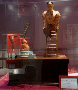 Le clown à l'échelle au musée des automates. Source : http://data.abuledu.org/URI/58220f2f-le-clown-a-l-echelle-au-musee-des-automates