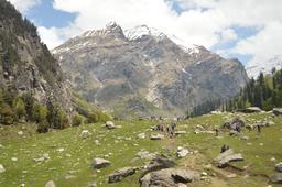 Le col de Hamta dans l'Himalaya. Source : http://data.abuledu.org/URI/586a5d8c-le-col-de-hamta-dans-l-himalaya