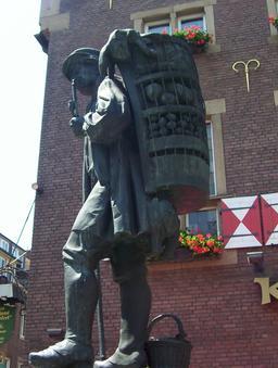 Le colporteur de 1896 et sa hotte. Source : http://data.abuledu.org/URI/54145fa7-le-colporteur-de-1896-et-sa-hotte
