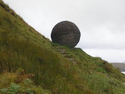 Le globe sculpté en Écosse. Source : http://data.abuledu.org/URI/55180e84-le-globe-sculpte-en-ecosse