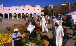 Le marché à Ghardaia, ville berbère. Source : http://data.abuledu.org/URI/52bc7deb-le-marche-a-ghardaia-ville-berbere