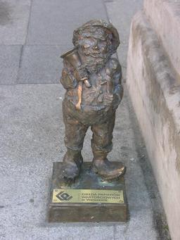 Le nain à la cloche à Wroclaw. Source : http://data.abuledu.org/URI/51e77b39-le-nain-a-la-cloche-a-wroclaw