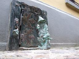 Le nain boucher devant sa porte. Source : http://data.abuledu.org/URI/51e86673-le-nain-boucher-devant-sa-porte