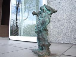 Le nain dans la rue. Source : http://data.abuledu.org/URI/51e9079e-le-nain-dans-la-rue