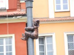 Le nain grimpant au poteau. Source : http://data.abuledu.org/URI/51e869f1-le-nain-grimpant-au-poteau