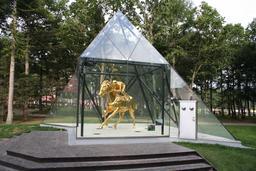 Le Pégase en or de Fusaichi. Source : http://data.abuledu.org/URI/52fa2c4d-le-pegase-en-or-de-fusaichi
