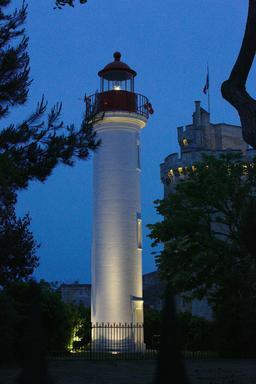 Le phare et la tour le soir à La Rochelle. Source : http://data.abuledu.org/URI/582626f0-le-phare-et-la-tour-le-soir-a-la-rochelle