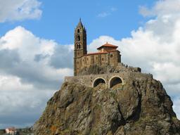 Le rocher de l'Aiguilhe. Source : http://data.abuledu.org/URI/54a7e1f4-le-rocher-de-l-aiguilhe