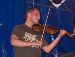 Le violoniste polonais Adam Romański en concert. Source : http://data.abuledu.org/URI/53b1acf8-le-violoniste-polonais-adam-roma-ski-en-concert