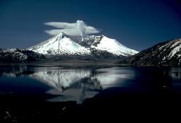 Le volcan du Mont St Helens. Source : http://data.abuledu.org/URI/5093d272-le-volcan-du-mont-st-helens