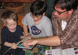 Lecture en famille. Source : http://data.abuledu.org/URI/5962b3eb-lecture-en-famille