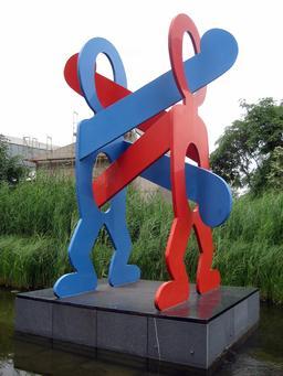 Les boxeurs de Keith Haring à Berlin. Source : http://data.abuledu.org/URI/5388e208-les-boxeurs-de-keith-haring-a-berlin
