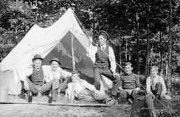 Les débuts du camping. Source : http://data.abuledu.org/URI/51f1b79b-les-debuts-du-camping