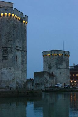 Les deux tours le soir à La Rochelle. Source : http://data.abuledu.org/URI/5826265a-les-deux-tours-le-soir-a-la-rochelle
