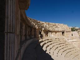 Les gradins du Théâtre Nord de Jerash. Source : http://data.abuledu.org/URI/54b45b3c-les-gradins-du-theatre-nord-de-jerash