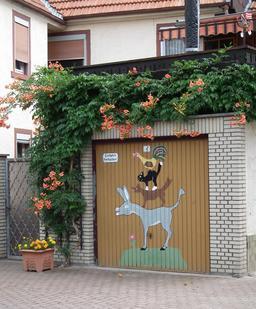 Les musiciens de Brême sur une porte de garage. Source : http://data.abuledu.org/URI/537bbd67-les-musiciens-de-breme-sur-une-porte-de-garage
