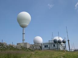 Les radars de La Dôle dans le Jura suisse. Source : http://data.abuledu.org/URI/55122123-les-radars-de-la-dole-dans-le-jura-suisse