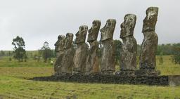 Les sept Moaïs d'Ahu Akivi. Source : http://data.abuledu.org/URI/54ecf2cb-les-sept-moais-d-ahu-akivi