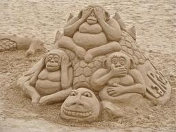 Les trois singes de la Sagesse en sable. Source : http://data.abuledu.org/URI/548b6a2a-les-trois-singes-de-la-sagesse-en-sable