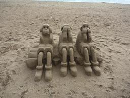 Les trois singes de la Sagesse en sable. Source : http://data.abuledu.org/URI/548b6aae-les-trois-singes-de-la-sagesse-en-sable