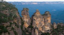 Les trois soeurs des Montagnes bleues en Australie. Source : http://data.abuledu.org/URI/54da7dcf-les-trois-soeurs-des-montagnes-bleues-en-australie