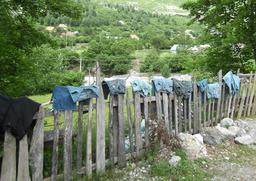 Linge mis à sêcher sur une barrière. Source : http://data.abuledu.org/URI/50fdcf78-linge-mis-a-secher-sur-une-barriere