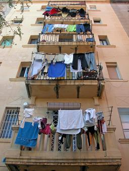Linge suspendu aux balcons. Source : http://data.abuledu.org/URI/50fdced8-linge-suspendu-aux-balcons