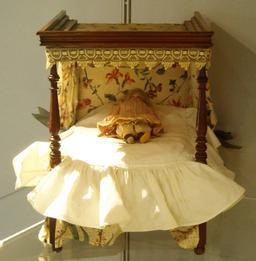 Lit de poupée anglais du dix-neuvième siècle. Source : http://data.abuledu.org/URI/53264be7-lit-de-poupee-anglais-du-dix-neuvieme-siecle