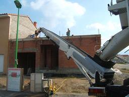 Livraison de béton en hauteur. Source : http://data.abuledu.org/URI/51de4b73-livraison-de-beton-en-hauteur