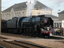Locomotive à vapeur devant la gare de Dole. Source : http://data.abuledu.org/URI/538c3225-locomotive-a-vapeur-devant-la-gare-de-dole