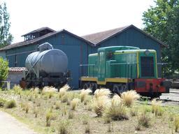 Locotrateur D-4028 et wagon-citerne en gare de Sabres. Source : http://data.abuledu.org/URI/54552722-locotrateur-d-4028-et-wagon-citerne-en-gare-de-sabres