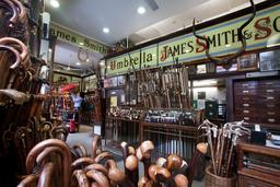 Magasin londonien de parapluies. Source : http://data.abuledu.org/URI/5399fca2-london-james-smith-and-sons-1819-jpg