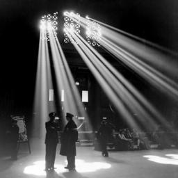 Lumière passant à travers des fenêtres. Source : http://data.abuledu.org/URI/503941eb-lumiere-passant-a-travers-des-fenetres
