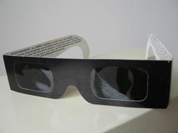 Lunettes d'éclipse solaire. Source : http://data.abuledu.org/URI/550cc1d5-lunettes-d-eclipse-solaire