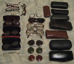 Lunettes et étuis. Source : http://data.abuledu.org/URI/50204af9-lunettes-et-etuis