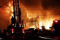 Lutte contre un incendie. Source : http://data.abuledu.org/URI/58f54081-lutte-contre-un-incendie